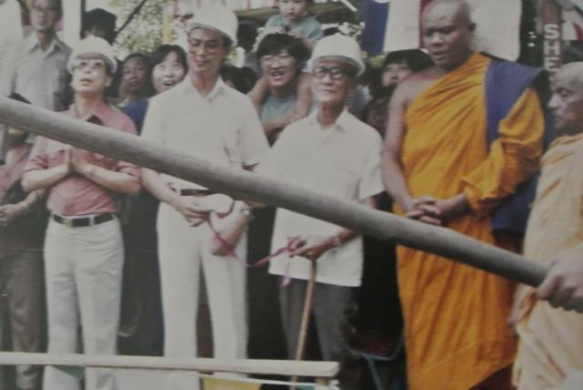 Mr. Goh Teng Seng in red shirt with Mr Fong Peck Kew with walking stick. (Photo reproduced from Mangala Vihara 50th Anniversary Book).