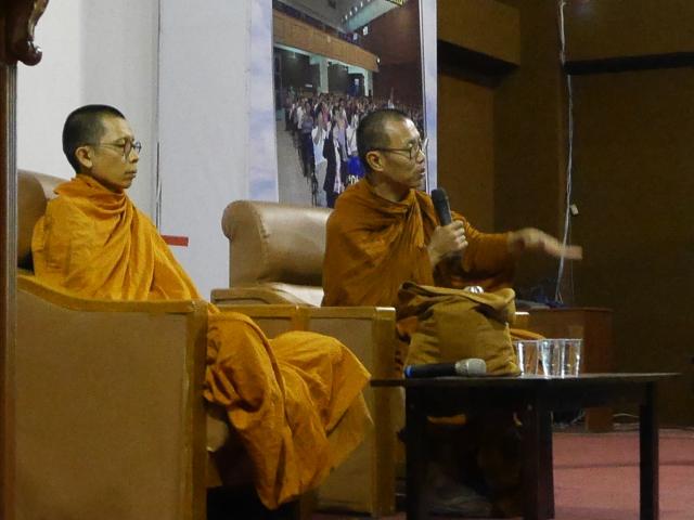 Ajahn Keng delivering his Dhamma talk … …