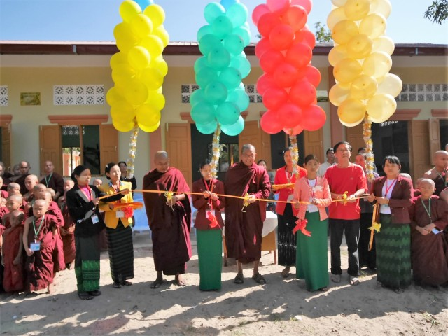 Cutting of ribbon by Sayadaw Sumana, Bhante Cakkapala and Brother Yeap Cheow Soon.